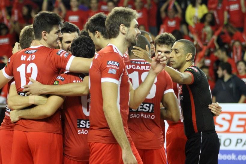 Jogadores do Sesi comemoram vitória no jogo de ida das semifinais contra o Brasil Kirin