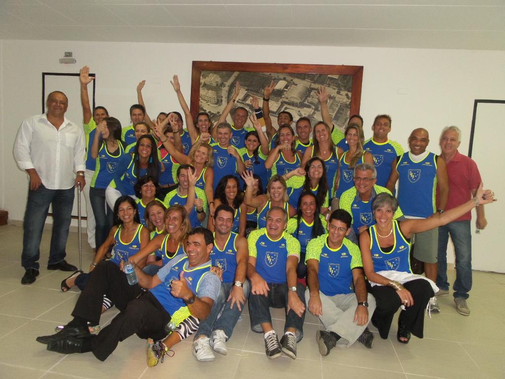 """Já de camisa nova, equipe de corridas do Clube Bom Pastor faz pose para mais uma """"foto sonora"""": só alegria"""