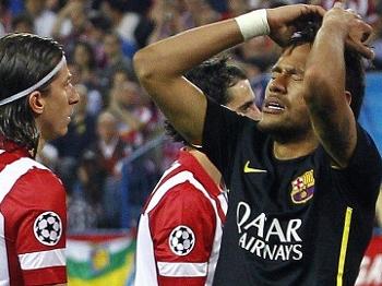 Neymar lamenta chance de gol perdida para o Barcelona