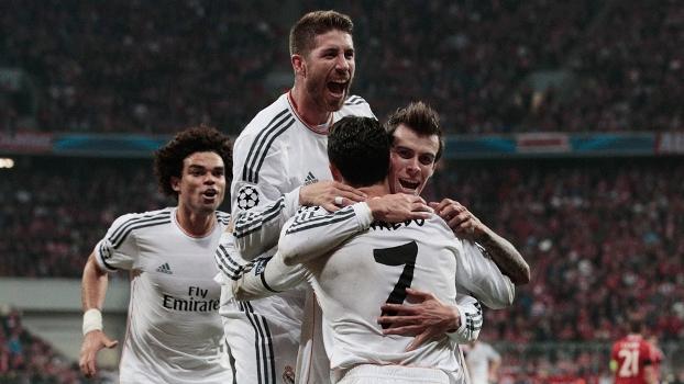 Jogadores do Real correm para comemorar com Ronaldo o terceiro tento do time espanhol na partida