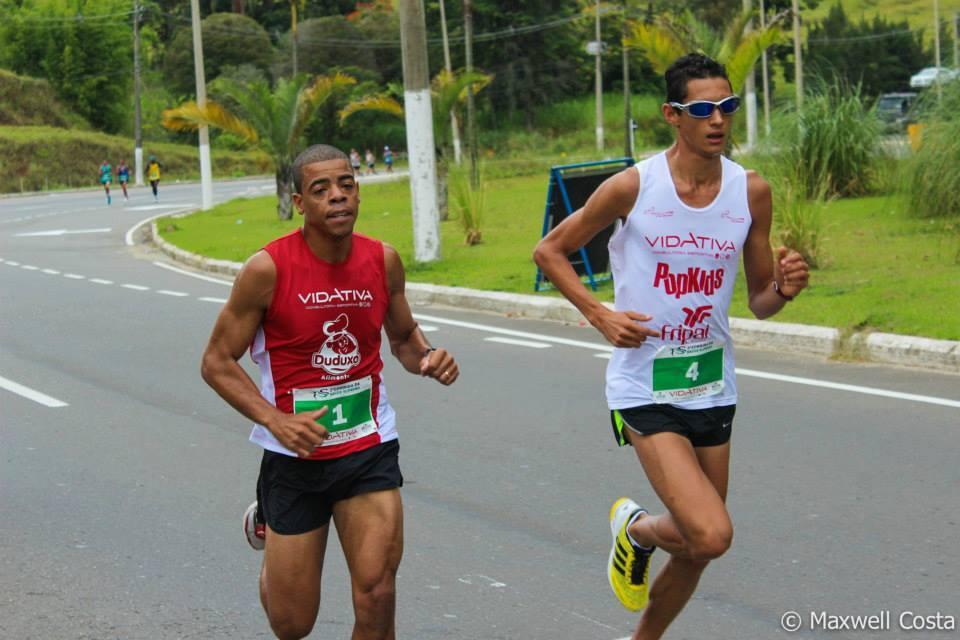 Eberth da Silva (de branco) e Jocemar Correa devem brigar pelas primeiras posições da prova
