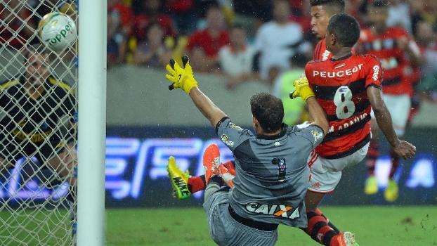 O lance que decidiu o jogo e o campeonato: impedido, Márcio Araújo aproveita o rebote para fazer o gol do título do Flamengo, no empate em 1 a 1 com o Vasco nos últimos instantes do segundo tempo