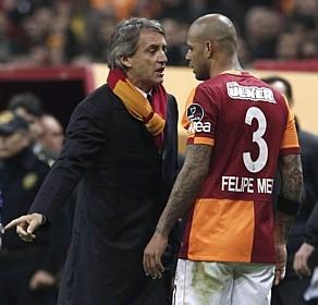 """Felipe Melo em """"pacote completo"""": passe para gol, provocação e expulsão (Foto: Osman Orsal/Reuters)"""
