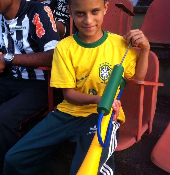 Pequeno carijó, com sua corneta, fez muito barulho encorajando o Tupi rumo à vitória no Mário Helênio