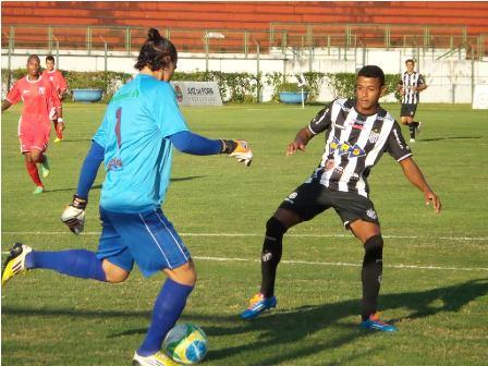 Tupi pressiona, com Maguinho, saída de bola do Guaratinguetá ainda no primeiro tempo