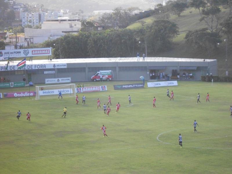 """Foto """"flagrante"""": são 20 jogadores ocupando apenas uma faixa do campo durante o jogo entre Tupi e Guaratinguetá. em Juiz de Fora"""