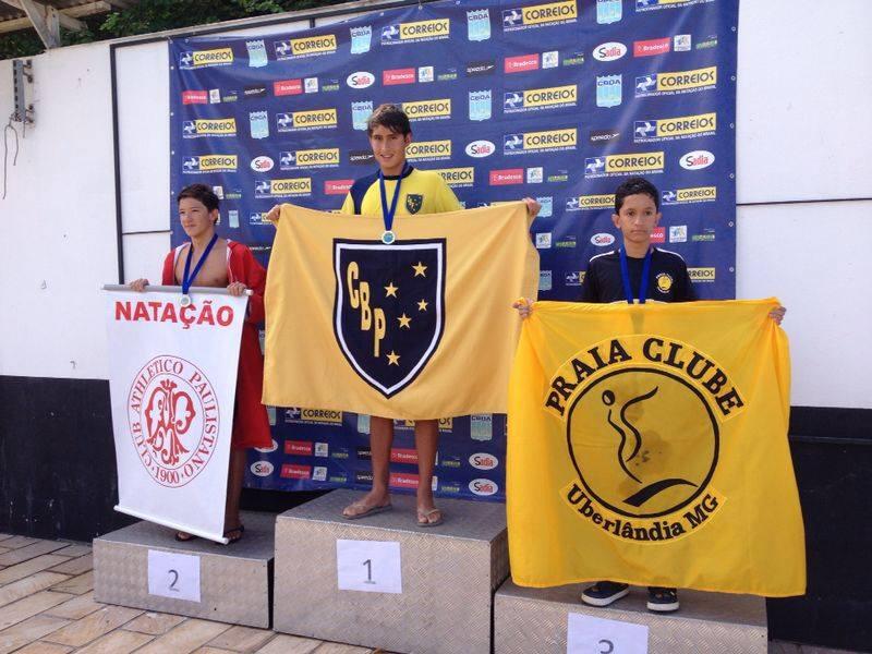 Destaque na competição, Lucca Salzani (centro) foi o primeiro colocado geral na prova dos 100m peito