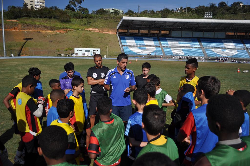 Professor Marcelo Matta (de azul, ao centro) é o coordenador  do projeto