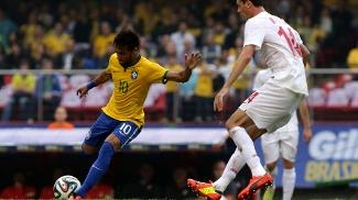 Neymar tenta jogada individual em duelo contra a Sérvia
