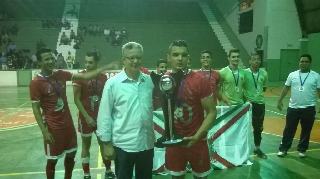 Capitão da Prefeitura de Goianá, Lucas Tibério recebe o troféu de campeão da Copa Prefeitura Bahamas de Futsal de Ricardo Wagner