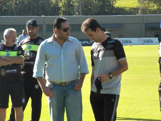 Alberto Simão (primeiro plano à esquerda) vê proposta de Salino como excepcional para o clube