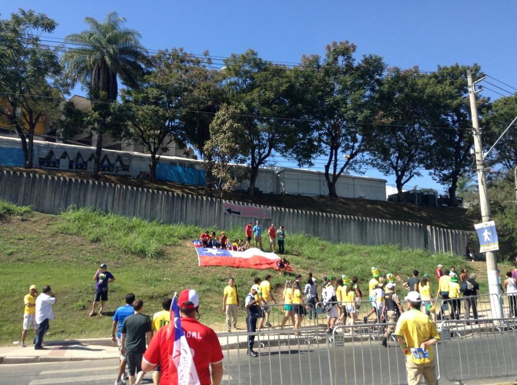 A receptividade dos brasileiros fez com que os torcedores chilenos se sentissem em casa, à vontade no entorno do Mineirão