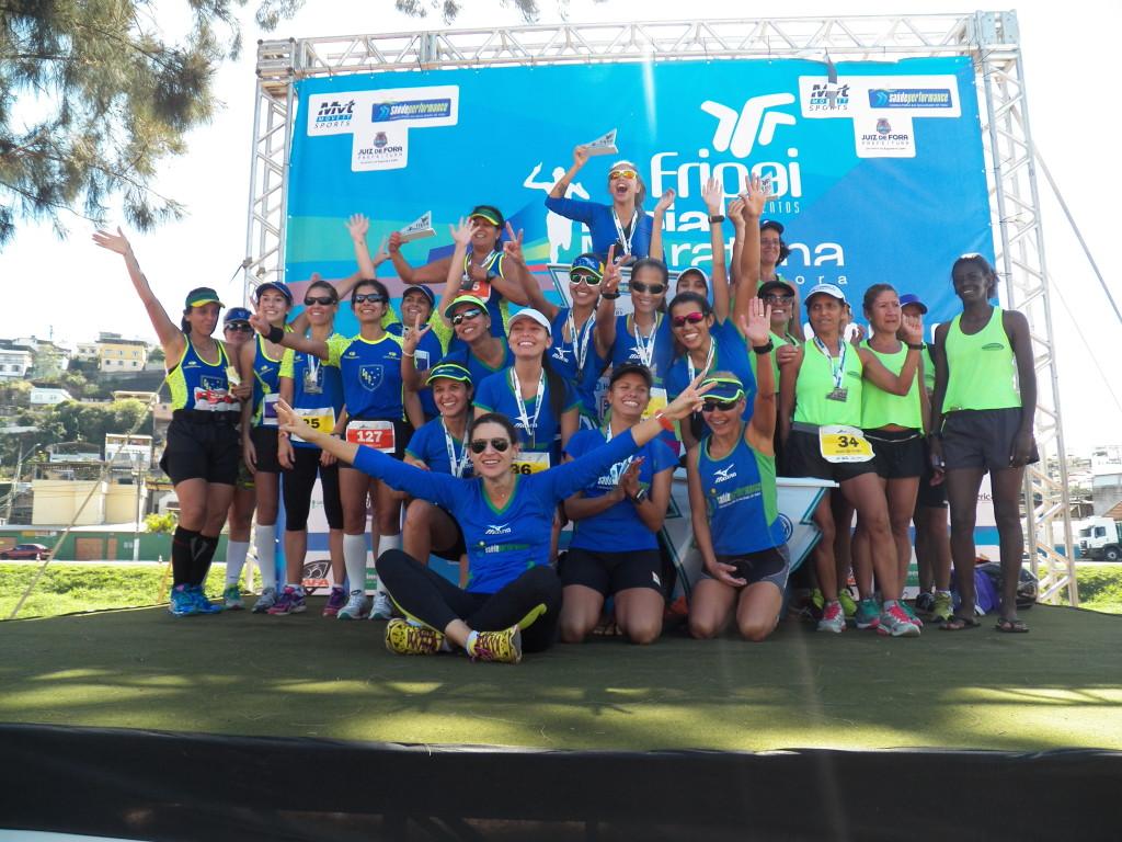 Pódio feminino por equipes, com SaúdePerformance (centro), Clube Bom Pastor (esquerda) e Gemacom Tech (direita)
