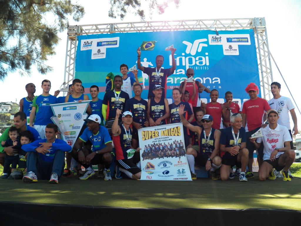 Pódio masculino entre equipes, com Super Amigos A (centro), SaúdePerformance (esquerda) e Vidativa (direita)