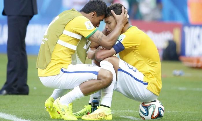 Thiago Silva tentou se isolar momentos antes das cobranças de pênalti contra o Chile e recebeu apoio de companheiros
