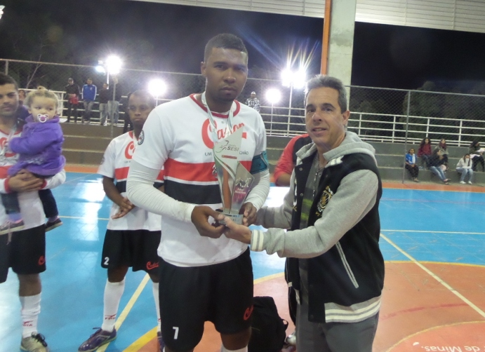 Colchões Castor recebe do Professor Gilmar Quaresma o troféu de vice-campeão de futsal masculino dos Jogos Sesi JF 2014