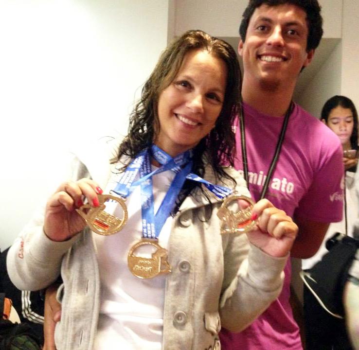 Wania Sarmento comemora, ao lado do treinador da ASAAA Fabiano Dominado, a conquista de três medalhas de ouro em Petrópolis