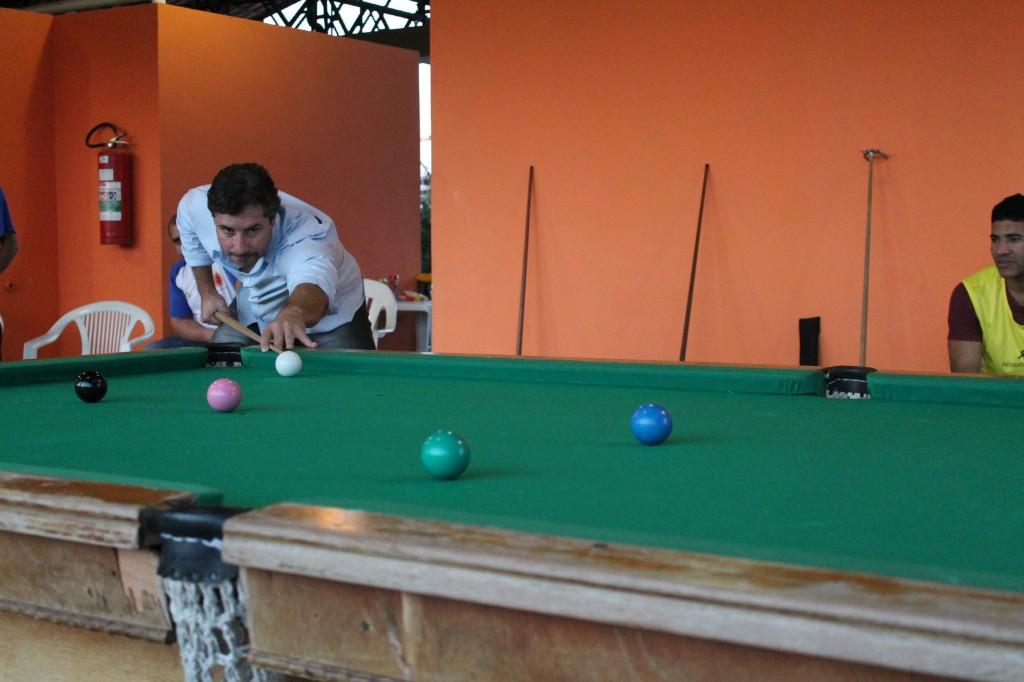 Venício, concentrado, se prepara para colocar a bola verde na caçapa do meio