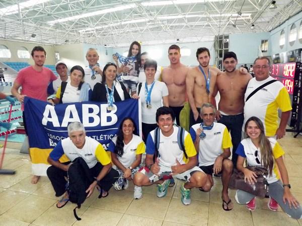 Equipe master de natação da AABB na Faculdade de Educação Física e Desportos (Faefid) da UFJF