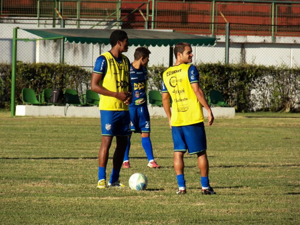 Jogador técnico, Maradona é um dos que mais sofrem por conta da situação do gramado