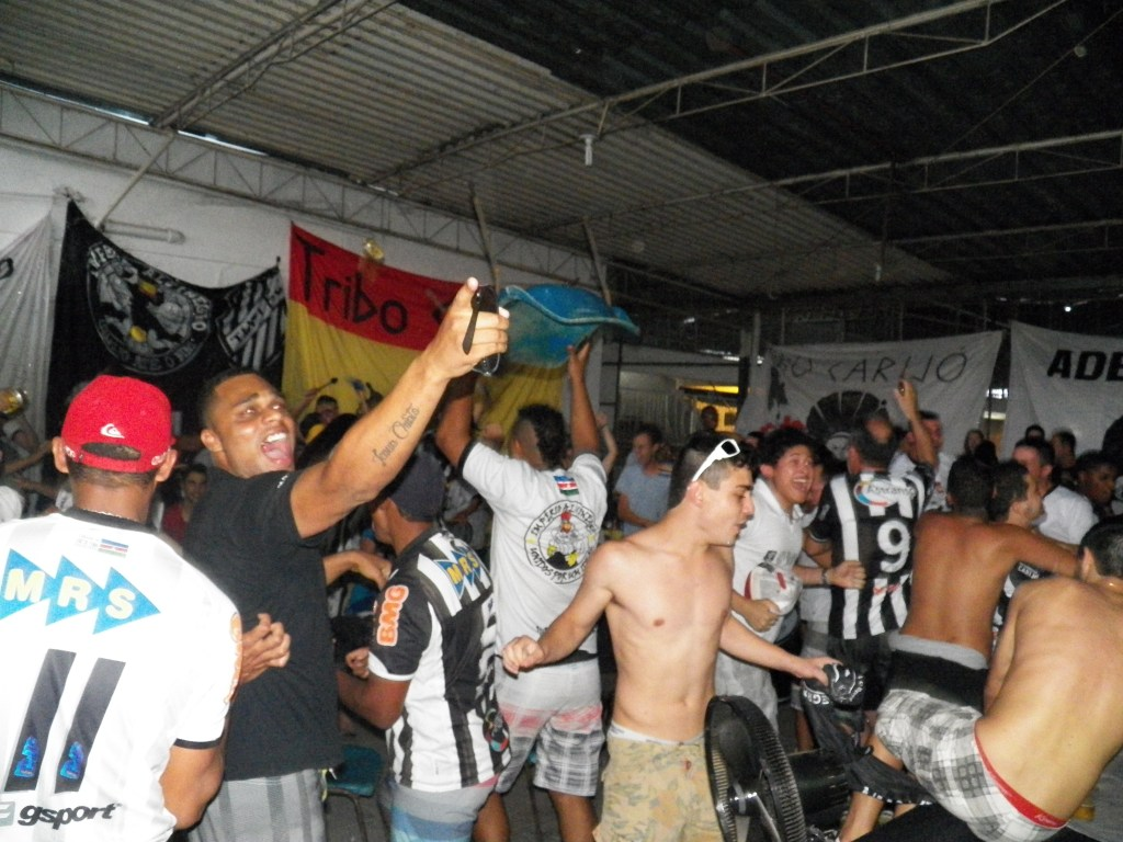Cantando durante os 90 minutos na sede social do clube, torcedores do Tupi tiveram esperanças renovadas com gol de Bruno Barros