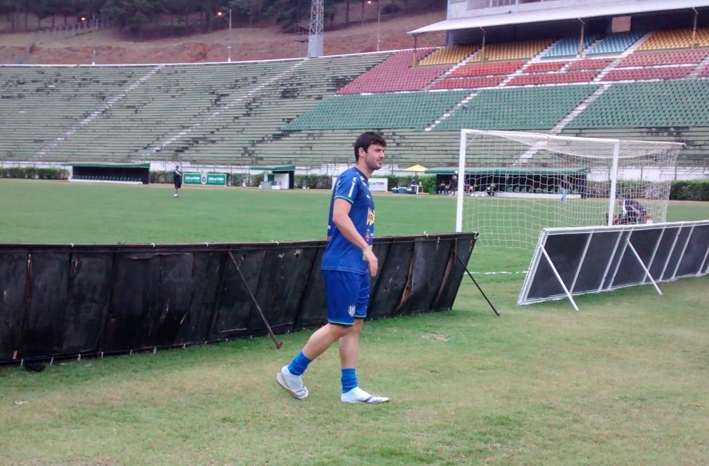 """De chinelo, Ladeira compareceu ao treinamento no Mário Helênio para """"estar junto do grupo"""""""