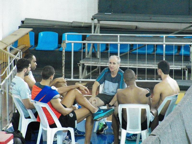 Renato Miranda conversa com jogadores após o treinamento desta terça-feira na Faefid