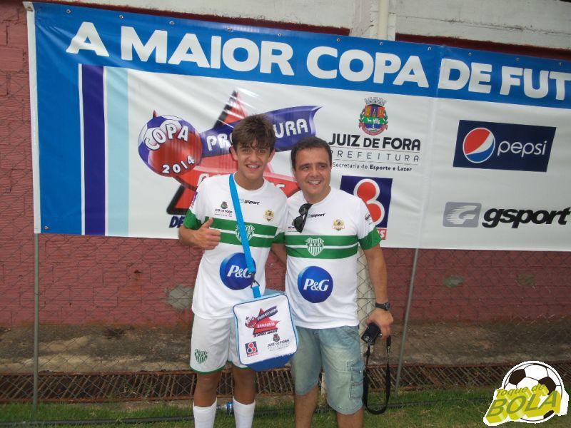 Irineu, ao lado do filho Heitor: comemoração em família após a conquista do Bonsucesso, campeão infantil da Copa Prefeitura Bahamas de Futebol Amador 2014