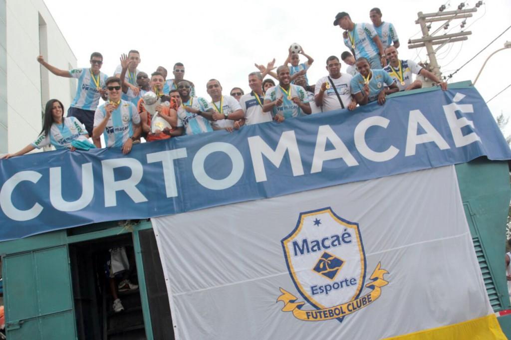 Comemoração se prorrogou para o dia seguinte do título, nas ruas de Macaé. Foto: Bruno Campos