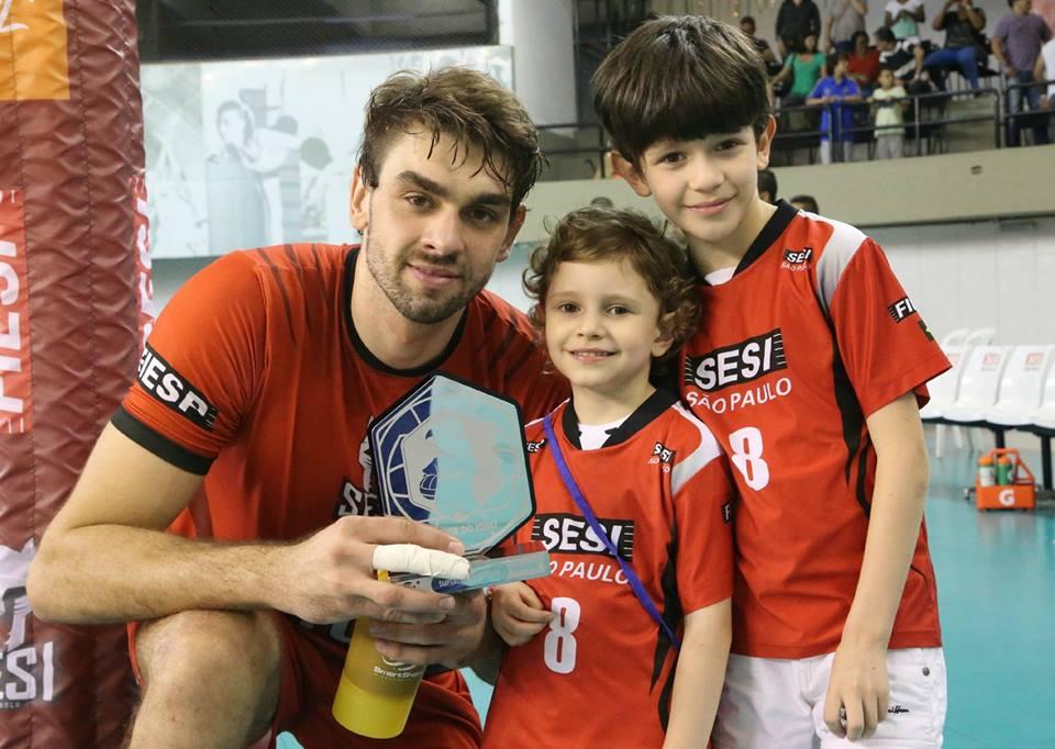 Lucão recebeu o prêmio de melhor jogador da partida contra a Federal