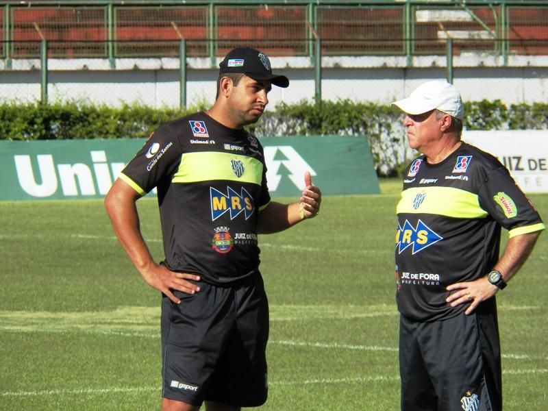 Ludyo Santos (esquerda) ao lado do experiente técnico Paulo Campos, em sua passagem pelo Carijó