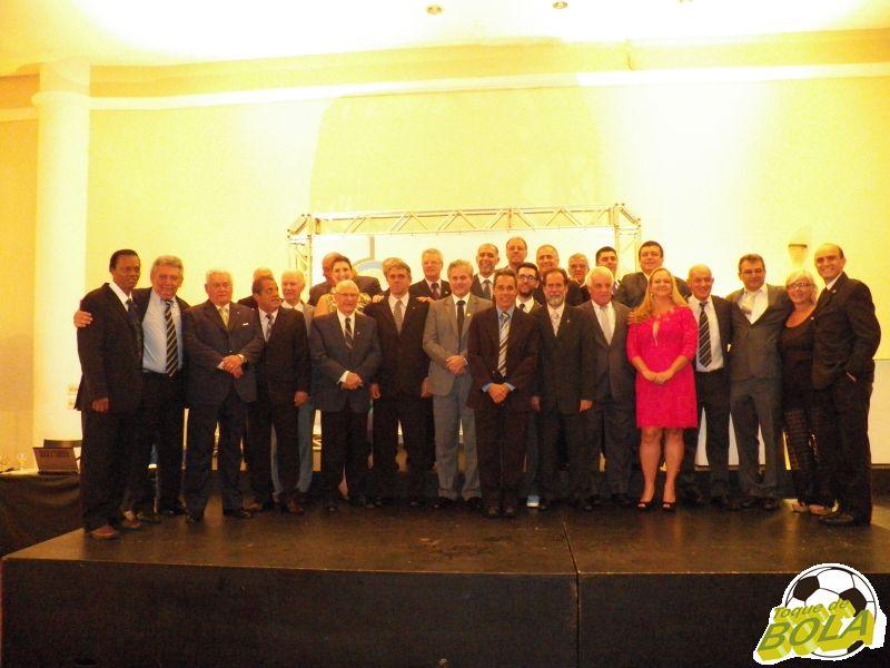 Depois das homenagens, associados do Panathlon Club Juiz de Fora sobem ao palco para a já tradicional foto de confraternização