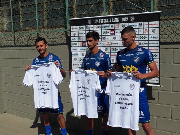 Da esquerda para a direita: zagueiros Fabrício Soares, Arlan e Davi