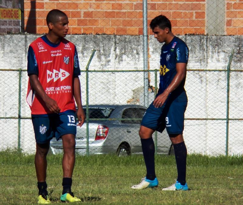 Ygor (esquerda) iniciou atividade sem o colete, mas na segunda parte do coletivo foi para a equipe reserva