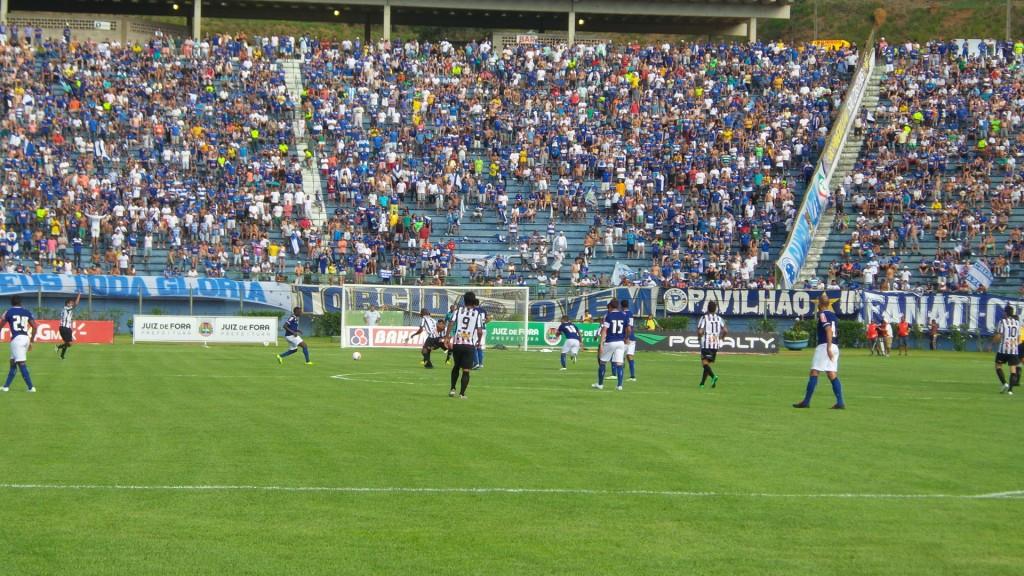 Tupi recebeu Cruzeiro com bom público no Estádio Municipal Radialista Mário Helênio. Tupi tenta assegurar sexta posição este ano para ser mandante em seis partidas no Estadual 2015