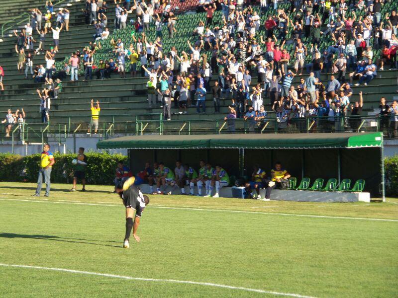Ewerton Maradona dá cambalhota para comemorar o gol da vitória do Tupi sobre o Madureira de Leston Jr. na vitória por 1 a 0, no turno da fase de classificação da Série C de 2014