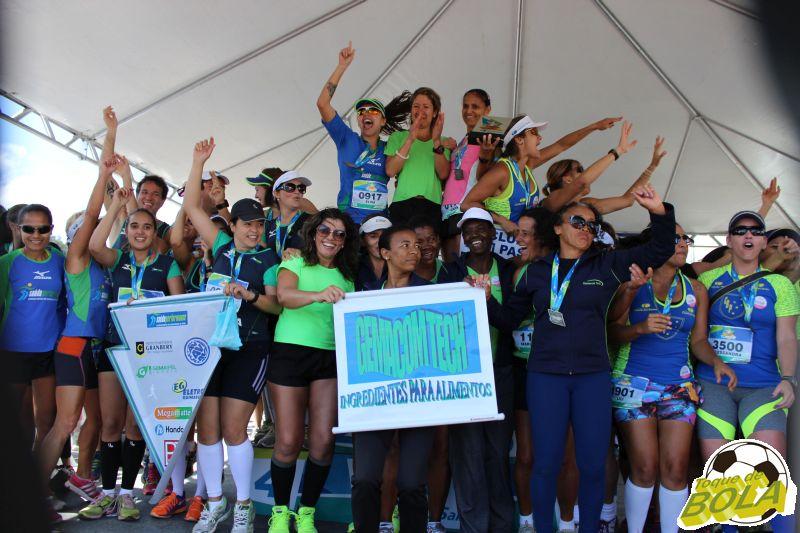 Festa das equipes femininas no pódio da Corrida Camilo dos Santos em 2014 (Foto: Arquivo Toque de Bola)