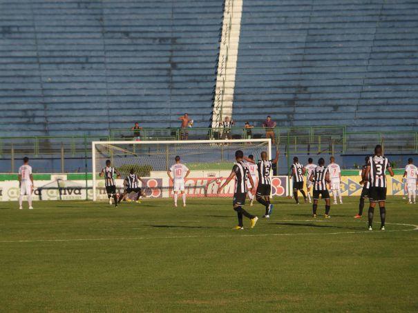 Núbio Flávio abriu o placar para o Tupi, mas o Guarani de Leston Jr. virou para 2 a 1, livrou-se da queda e ainda impediu o carijó de chegar às semifinais do Mineiro de 2014