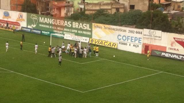 Aos 37 minutos do segundo tempo, policiais entram em campo. Jogo foi tenso em Divinópolis (foto: globoesporte.com)