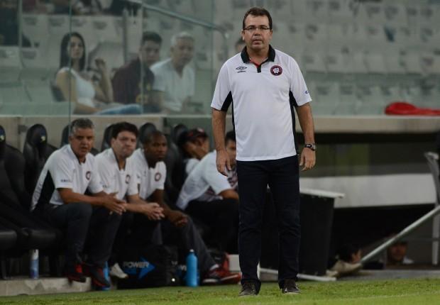 Enderson Moreira ficou apenas oito jogos no comando do Furacão
