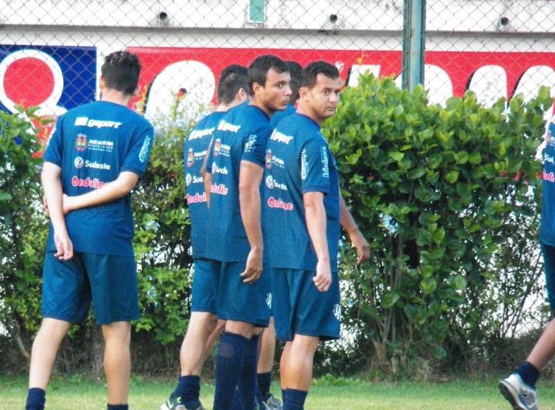 Ao lado de Fabrício Soares (primeiro plano), Felipe Augusto treinou normalmente com os novos companheiros