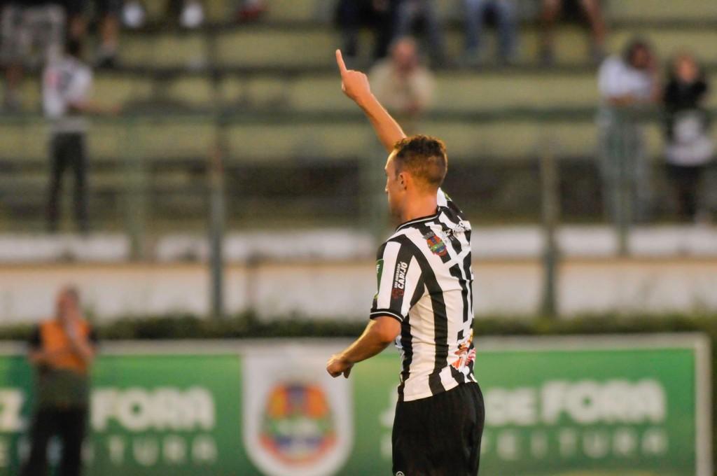 Kaio Wilker comemora o gol. Pouco depois, contou ao Toque de Bola os detalhes da bela cobrança de falta, que enganou o goleiro Flaysmar (Foto Mourão Panda/Gazeta Press)