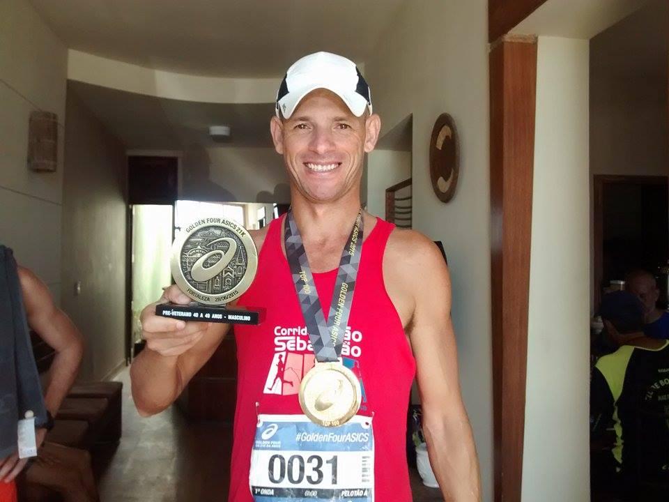 Rubens posa com troféu de campeão em sua categoria e medalha dourada pelo Top 100