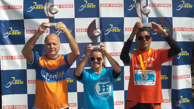 Persianas Fastlux (campeã),  Hiperroll Embalagens (terceiro lugar) e Arcelor Mittal Juiz de Fora (segundo lugar): orgulho pela premiação do desfile