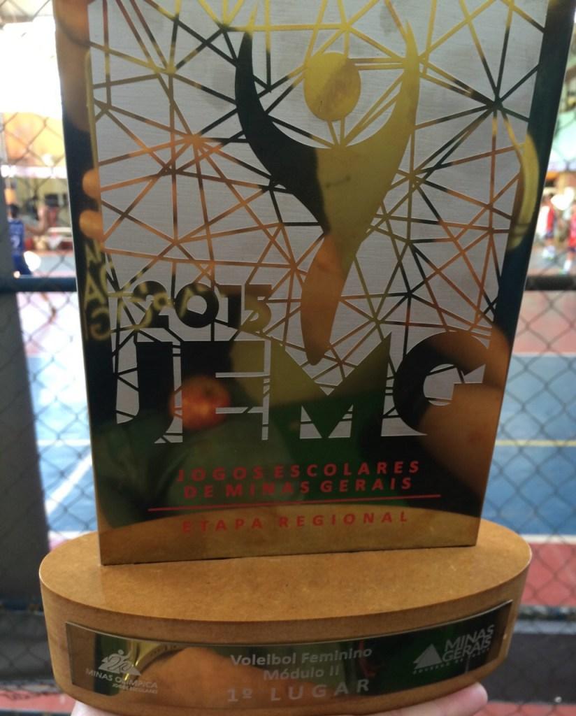 Troféu de campeão da Etapa Regional dos JEMG, recebido pelo Colégio Apogeu