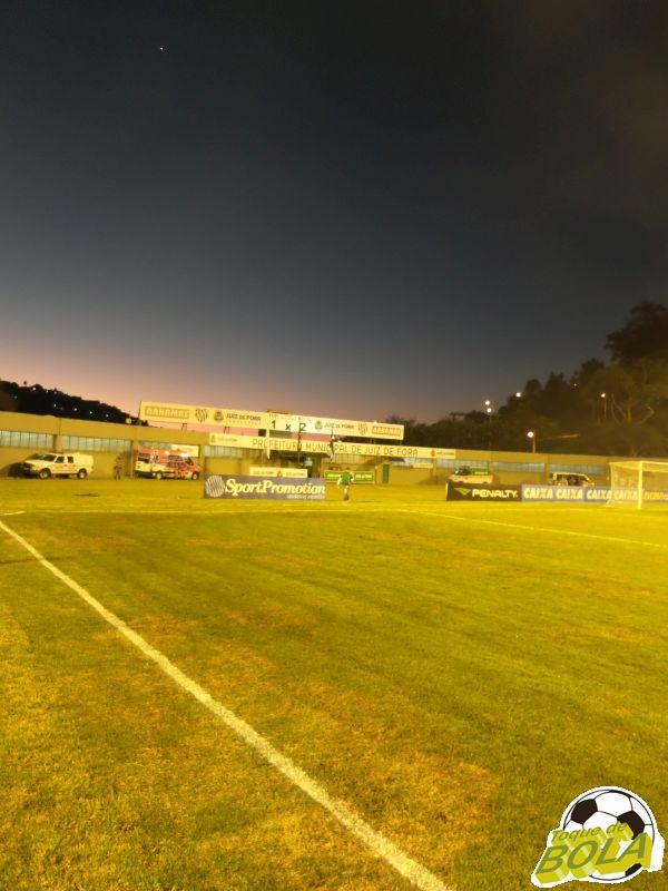 Com jogo começando um pouco mais tarde que o habitual (17h e não 16h), segundo tempo chegou com belo final de tarde no Estádio Municipal Radialista Mário Helênio