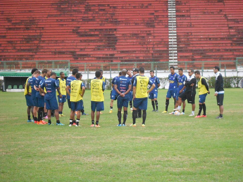 Treinador Leston Júnior orienta jogadores no treino disputado no Estádio Municipal Radialista Mário Helênio