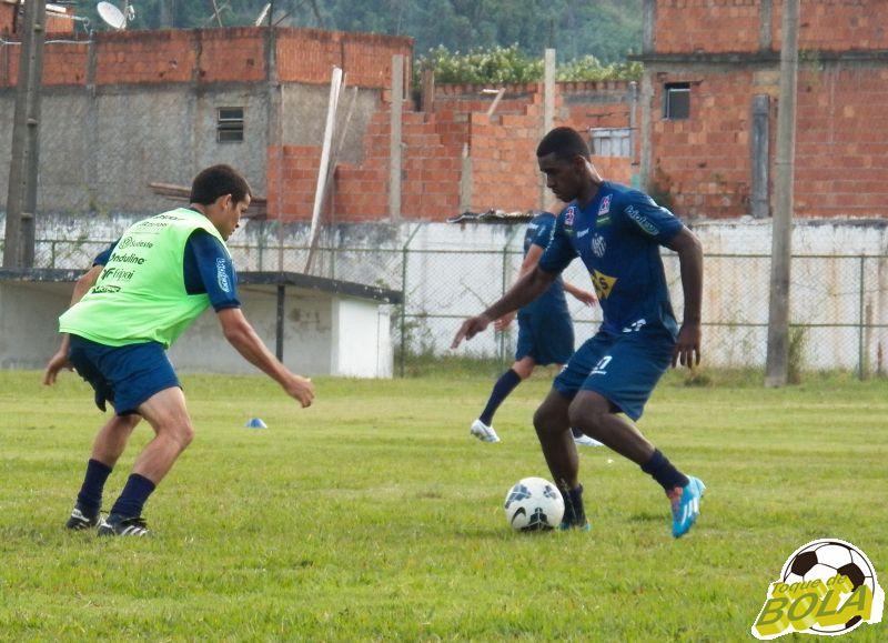 Volante Filipe Alves (direita) deve iniciar partida no Sul
