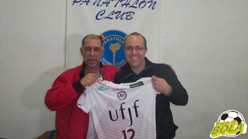 Em nome do Panathlon Club Juiz de Fora, presidente Cláudio Esteves recebe uma camisa do Vôlei UFJF