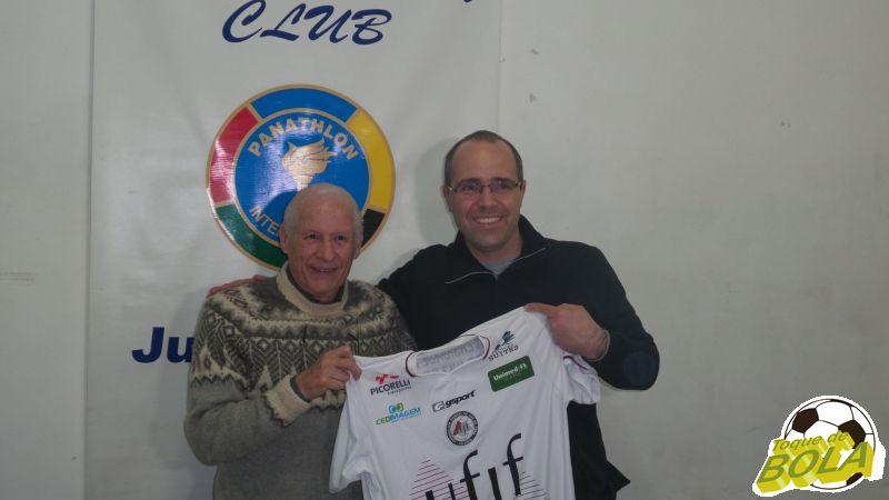 Maurício Bara prestou homenagem especial ao panathleta Hamlet Pernisa:  uma camisa do Vôlei UFJF com a faixa de capitão